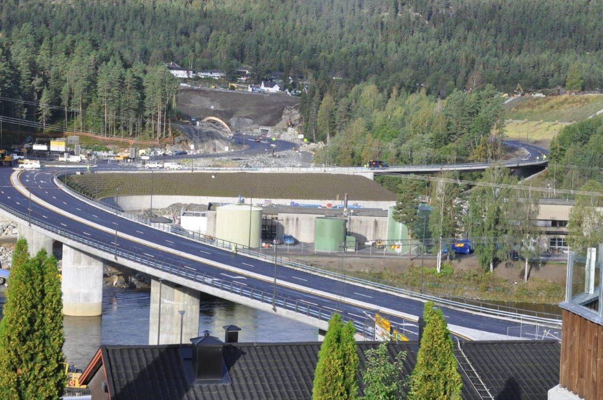 Nye Konsberg bru over Lågen var en del av veien som åpnet på torsdag. Foto: Kjell Wold