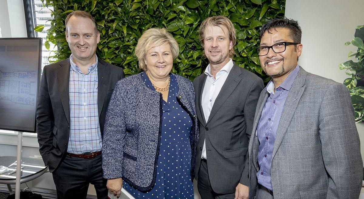 Morten Grongstad, konsernsjef i AF Gruppen (fra venstre), statsminister Erna Solberg, Jørgen Evensen, administrerende direktør i Betonmast og Daniel Kjørberg Siraj, konsernsjef i OBOS. Foto: Morten Bendiksen