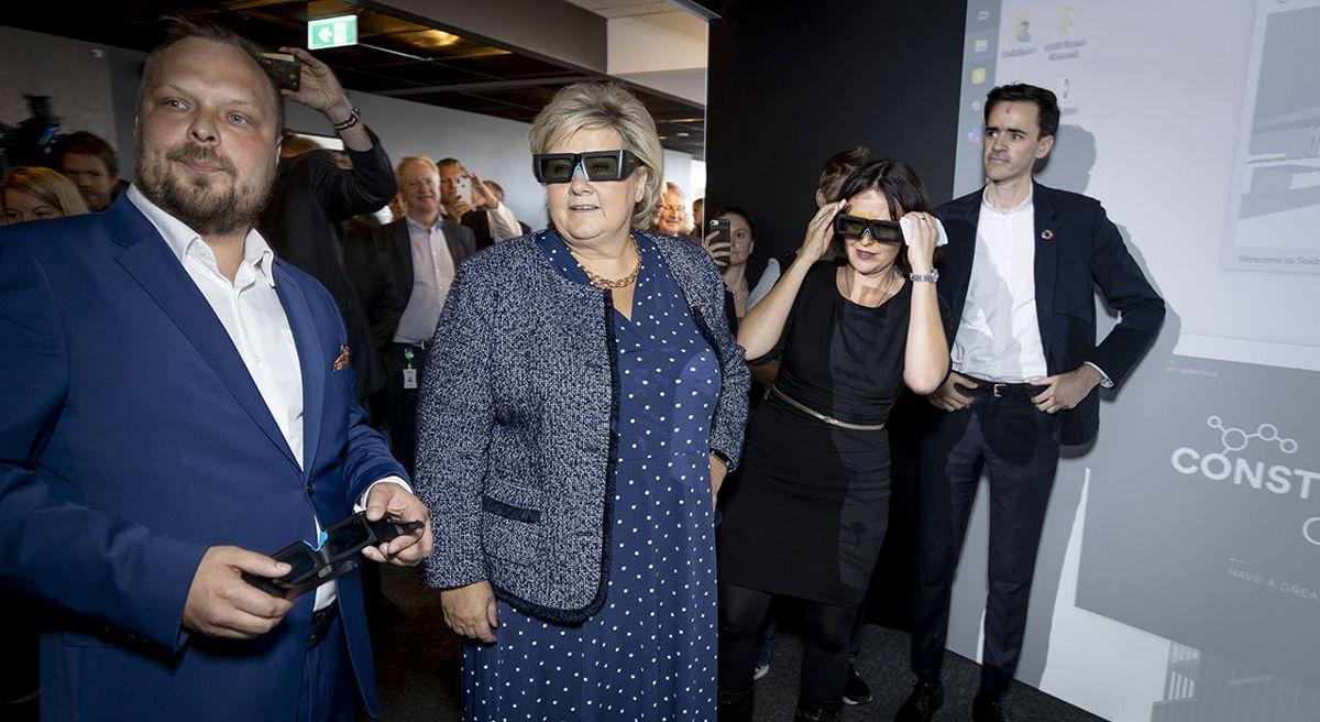 Statsminister Erna Solberg fikk teste digitale verktøy da hun åpnet CoLab, bransjens nye samlingspunkt og testsenter. Foto: Morten Bendiksen