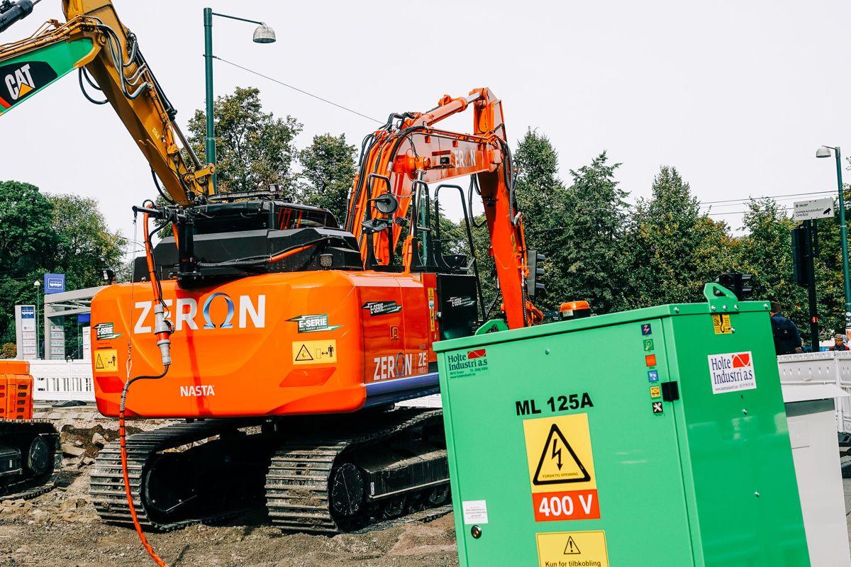 Prosjektet er pilotprosjekt for utslippsfri anleggsplass, og alle maskinene som daglig opererer innenfor byggegjerdet går på strøm.