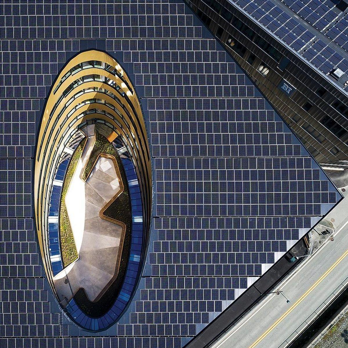 Taket på Powerhouse Brattørkaia er dekket med totalt 1.886 kvadratmeter solcellepaneler i en vinkel på 20 grader mot sør. Foto: Snøhetta