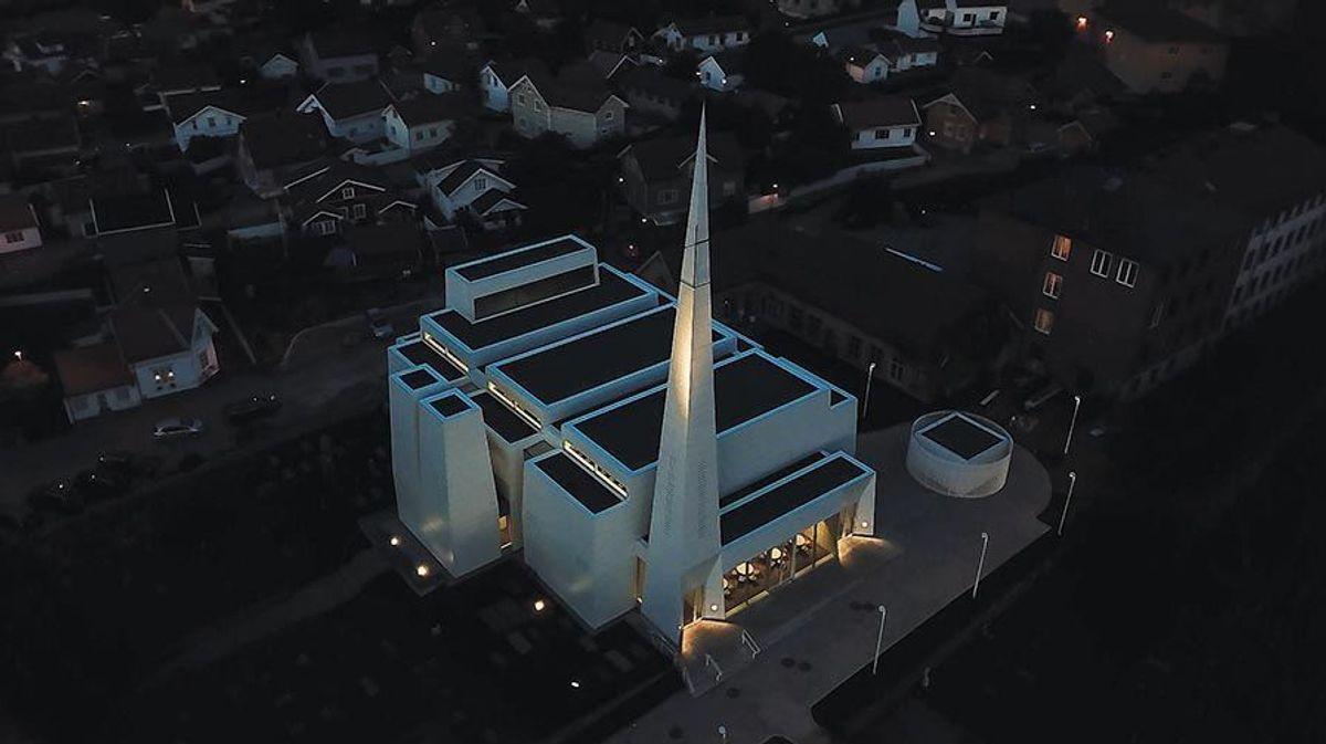 Når man ser kirken fra luften får man et godt inntrykk av de forskjellige bygningsdelene. Dronefoto: Michel Vo