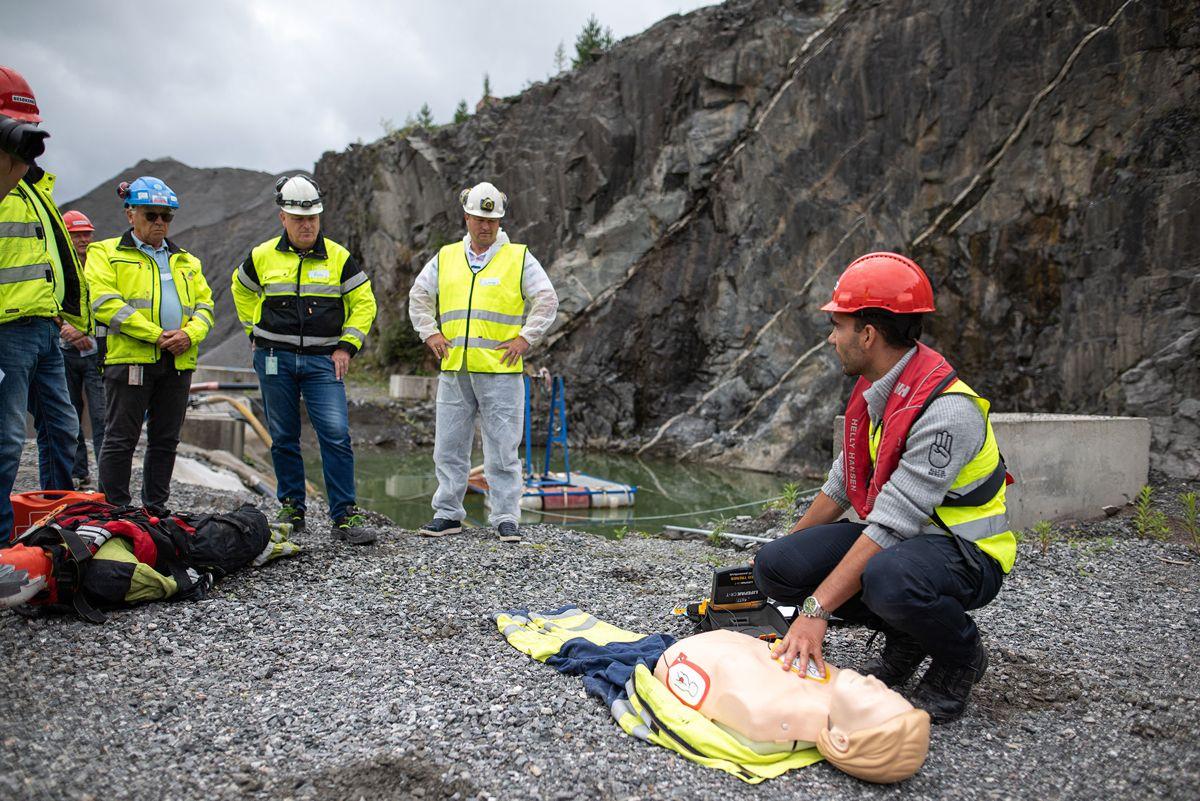 <p>De ansatte i Feiring Bruk trener på førstehjelp under HMS-øvelsen. Foto: Haakon Hoseth</p>