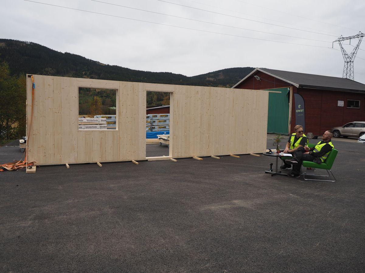 Mens åpningsseansne ble gjennomført, ble denne veggen montert utenfor fabrikken. Foto: Jørn Hindklev