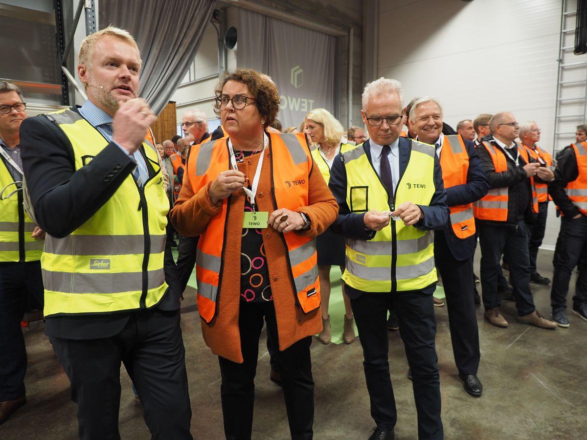 Statsråd Olaug Vervik Bollestad får en innføring i hvordan fabrikken av operativ leder Erland Lundby i Termowood. Til høyre styreleder Bo Gunnar Oloffson. Foto: Jørn Hindklev