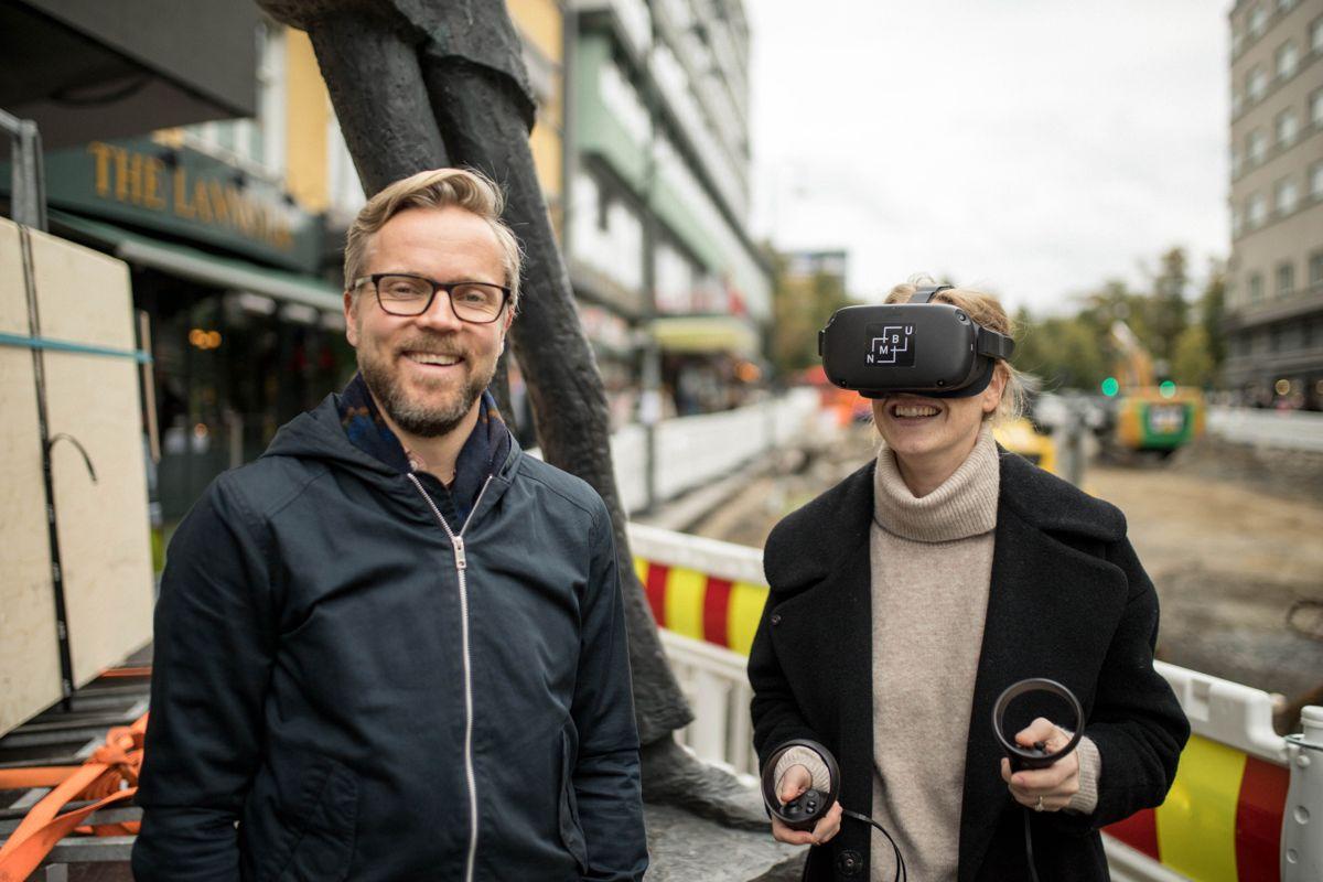 I samarbeid med NMBU har COWI utviklet en VR-modell for Olav Vs gate. Landskapsarkitektene Knut Andreas Øyvang og Tiril Thomas Blom fra COWI tester ut modellen. Foto: COWI