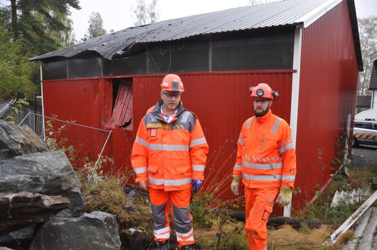 Tom Hedalen (til venstre) og Gunstein Mork i Statens vegvesen ser på skadene etter gårsdagens sprengningsuhell. Foto: Kjell Wold/Statens vegvesen