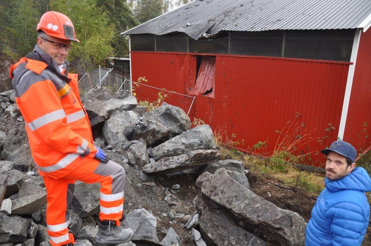 Tom Hedalen og huseieren ser på skadeomfanget. Foto: Kjell Wold/Statens vegvesen