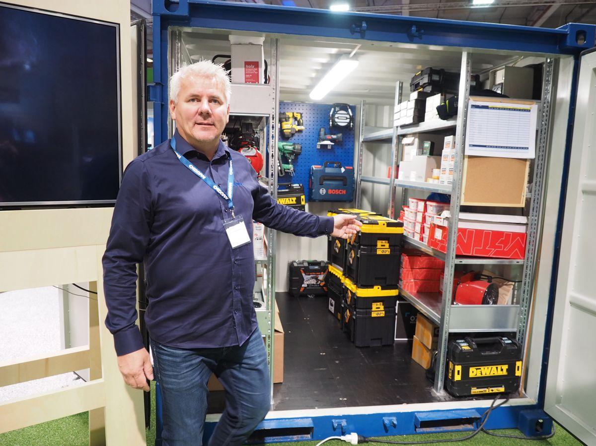 Salgsdirektør Christian Mathisen mener en mindre byggmester fort kan spare 100.000 kroner i året med leveranse av utstyr og festemidler direkte til byggeplass. Foto: Jørn Hindklev