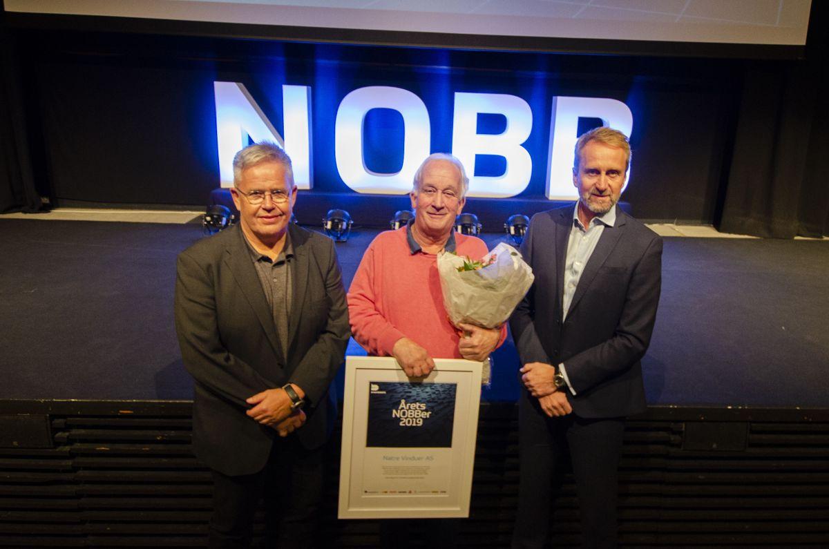 Styreleder i Byggtjeneste, Jon Karlsen (fra venstre), NOBB-ansvarlig i Natre Vinduer, Roger Krogstad, og administrerende direktør i Byggtjeneste, Øyvind Skarholt.