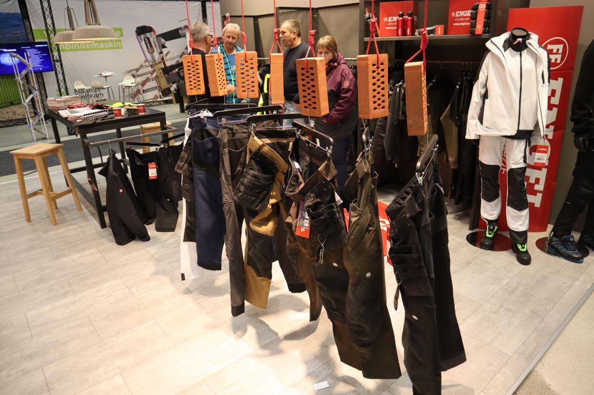 Det er mange utstillere som viser frem arbeidstøy på Bygg Reis Deg. Her fra standen til Engel Workwear. Foto: Svanhild Blakstad