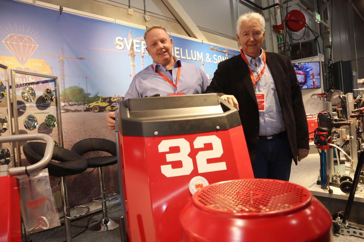 Tom Falkenhaug og Jan Bergman i Sverre Hellum møter kunder og forbindelser på Bygg Reis Deg. Foto: Svanhild Blakstad
