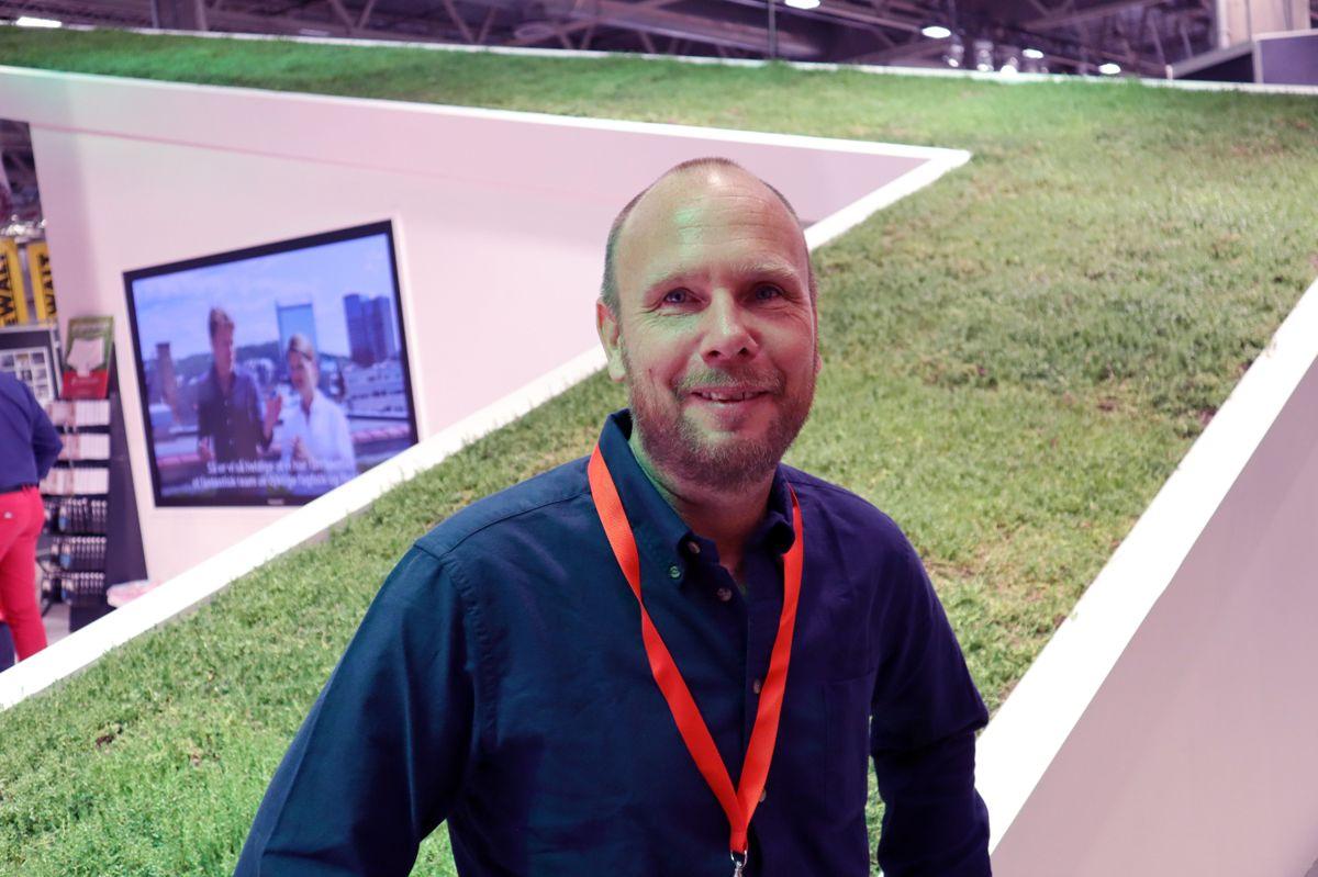 Stefan Hultenius står på stand for Seduna Bergknapp under Bygg Reis Deg. Foto: Svanhild Blakstad