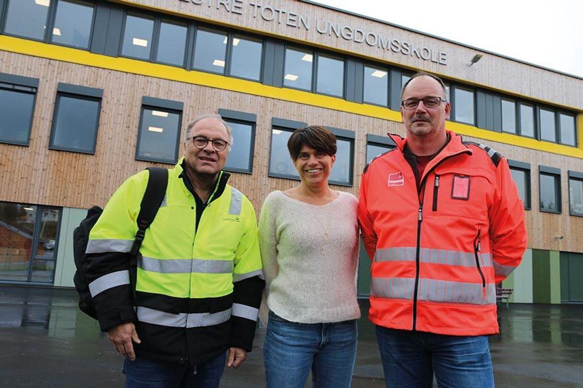 Byggherres prosjektleder Einar Rørvik fra Sweco, rektor Hanne Marken Dalby og prosjektleder Geir Storsletten i Veidekke Entreprenør.
