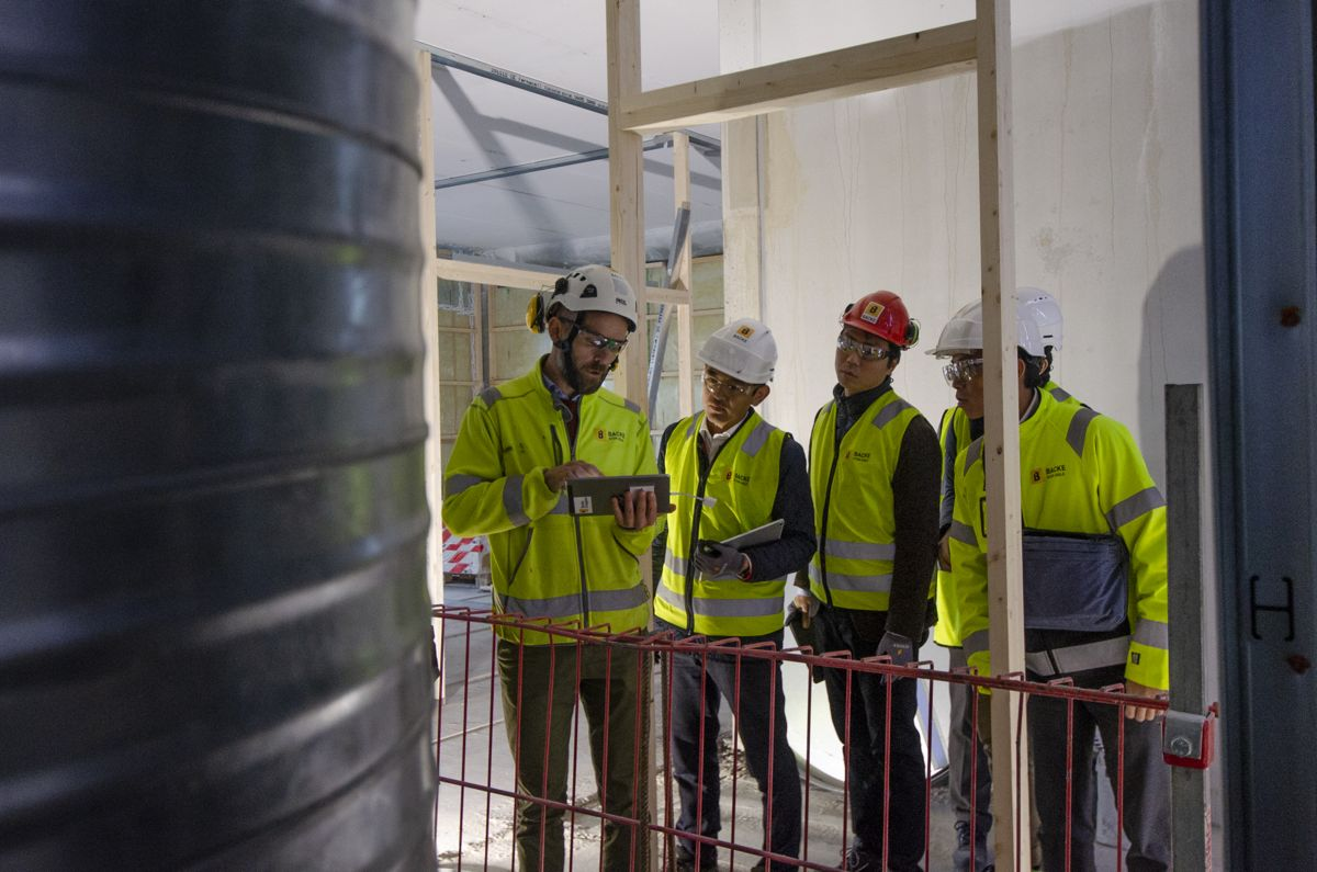 <p>Produksjonsleder Jon Roald Johnsen i Backe Stor-Oslo viser gjestene hvordan BIM på byggeplassen funker i praksis hos entreprenøren.</p>
