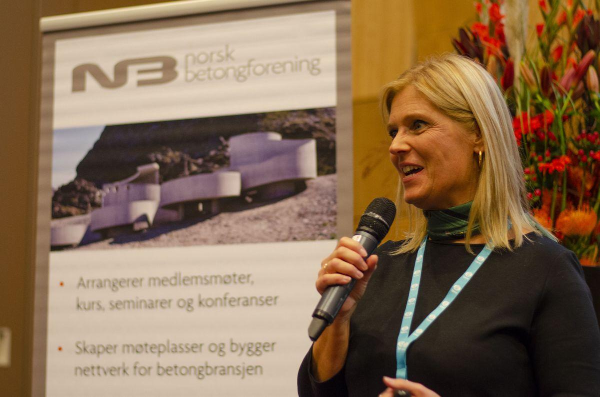 Norsk Betongforening- sjef Cecilie Hagby tok jobben som konferansier under første halvdel av Norsk Betongdag.