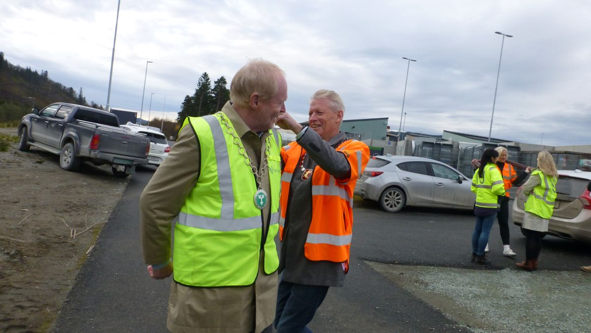 Ordførerkjedene må være på plass når store ting markeres. Her er det Melhusordfører Gunnar Krogstad som gir en hjelpende hånd til sin kollega i Midtre Gauldal, Sivert Moen.