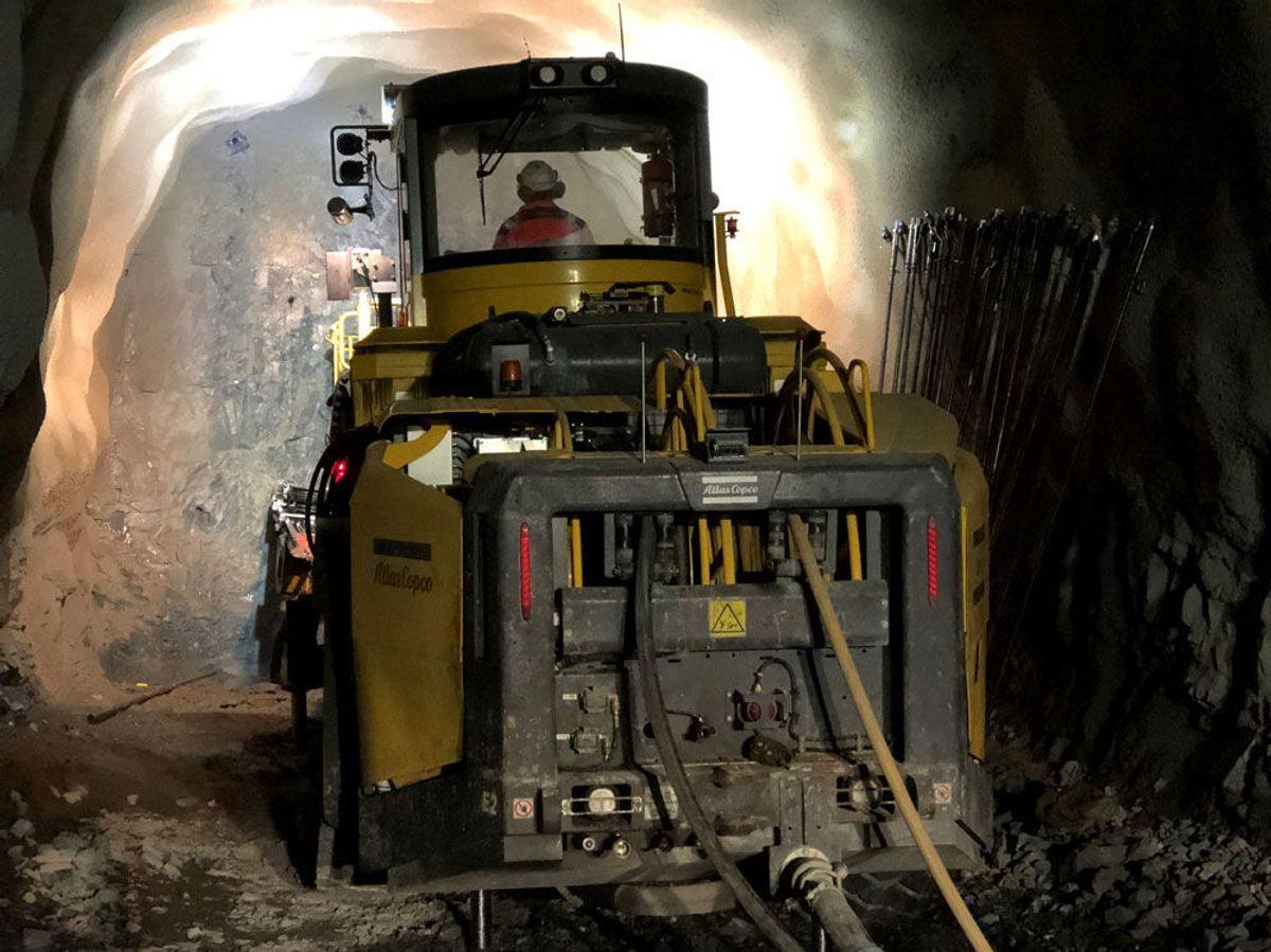 Borerigg i arbeid i tunnelen. Foto: Veidekke.