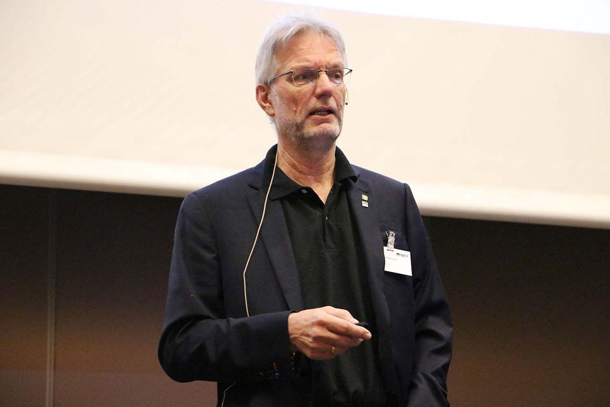 Amund Bruland ved NTNU åpnet dag to av arrangementet med å snakke om NTNU-metoden. Foto: Arve Brekkhus
