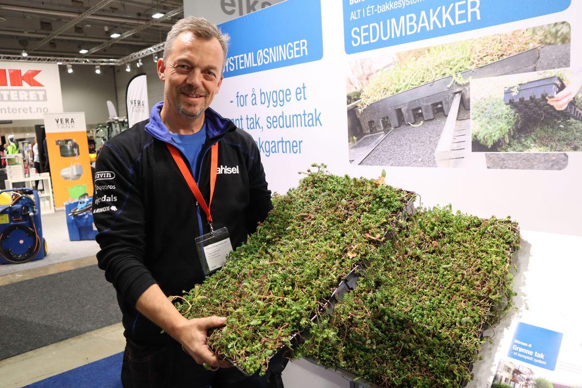 Torben Hoffmann i Ahlsell Norge med en helt ny løsning for grønne tak - sedumbakker som legges direkte ut på takmembranen og som gir et ferdigetablert grønt tak i en omgang. Foto: Svanhild Blakstad