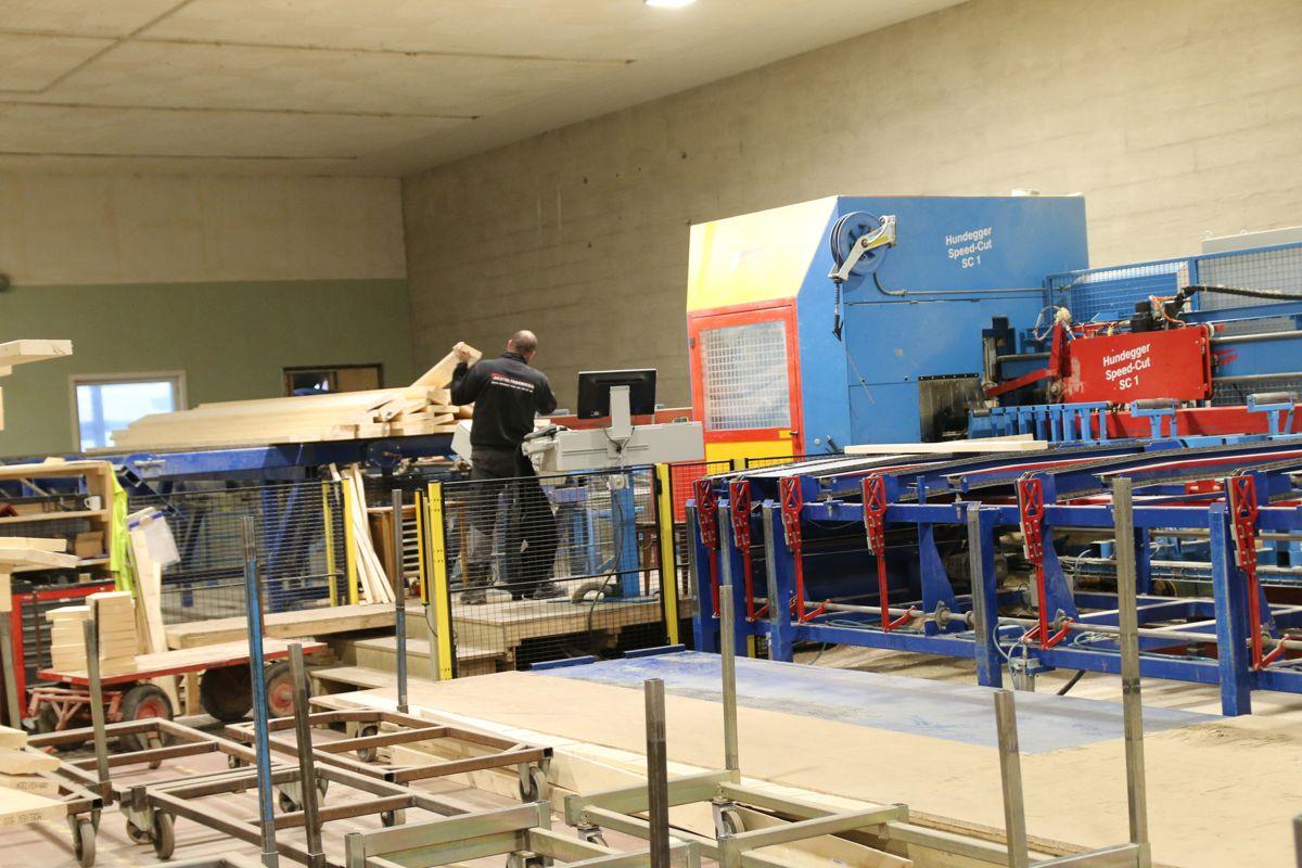 Landheim investerte nylig i en ny såkalt Hundegger-maskin og har nå tre slike precutt-maskiner.