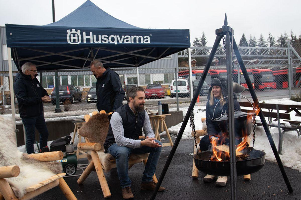 Grønnsakssuppe og varmt å drikke blir servert utenfor butikken. F.v. Dag Rune Boland og Knut Arne Haugslien, selgere i Husqvarna, og Michael Mørch, som jobber i Husqvarnas regionale markedsteam og Gerd Løkke Lund, key account manager i Husqvarna. Foto: Malin S. Strandberg