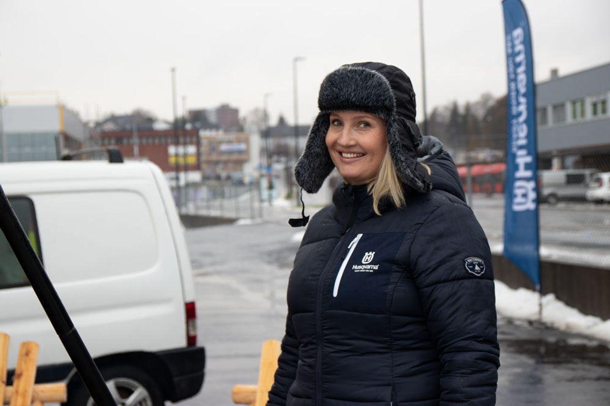 Ellen Lunde Emilsen tok seg en runde på brakkene i området, for å fortelle om helsetilbudet og for å sjekke responsen. Foto: Malin S. Strandberg