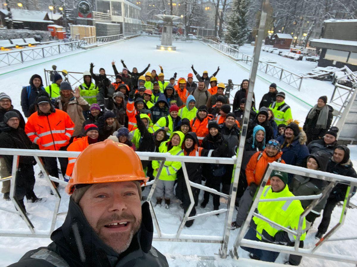 Mange medarbeidere stiller til selfie med kreativ ansvarlig, Aasmund Lund under byggingen av «Jul i Vinterland» 2019. Foto: Privat