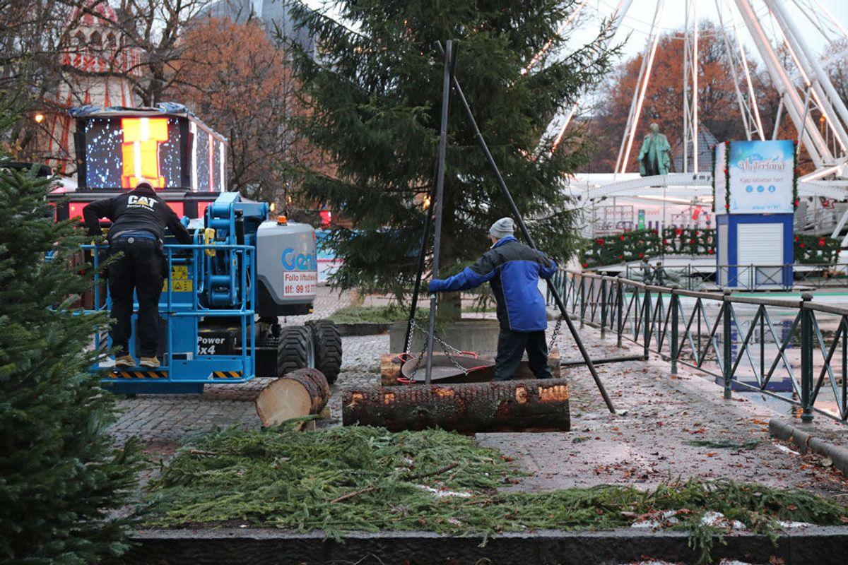 De siste justeringer blir gjort før «Jul i Vinterland» åpner. Foto: Malin S. Strandberg