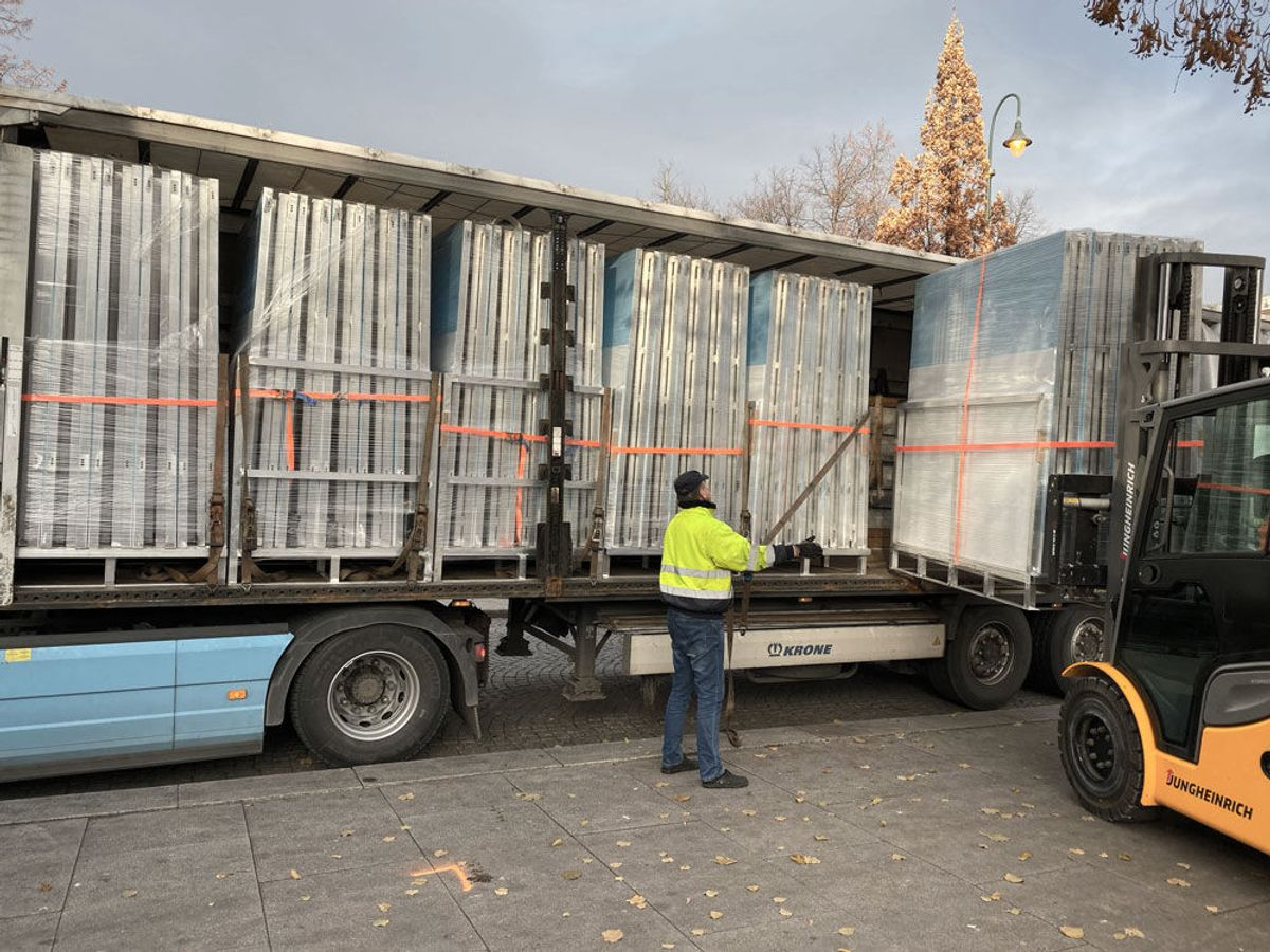 Lund Gruppen har kjørt rundt femti trailere med utstyr til Oslo. I tillegg har de hyrt Bring til å kjøre mye. Foto: Privat