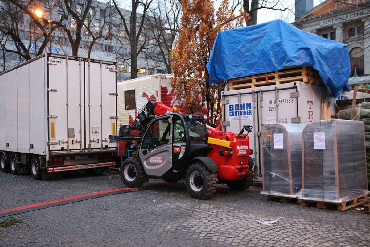 Bak kulissene står maskiner og containere. Foto: Malin S. Strandberg