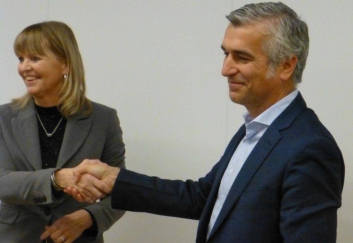 Nye Veier-sjef Anette Aanesland og FCC-sjef Pablo Ovejas gratulerer hverandre etter at milliardkontrakten er undertegnet. Foto:Arne Sellæg