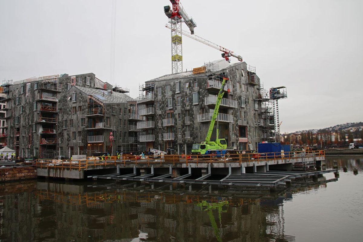 BISPEVIKA. Nye boliger reiser seg, og er delvis bygget på vann. Internt blant byggarbeiderne blir det kalt Skandinavias Venezia. Foto: Malin S. Strandberg.