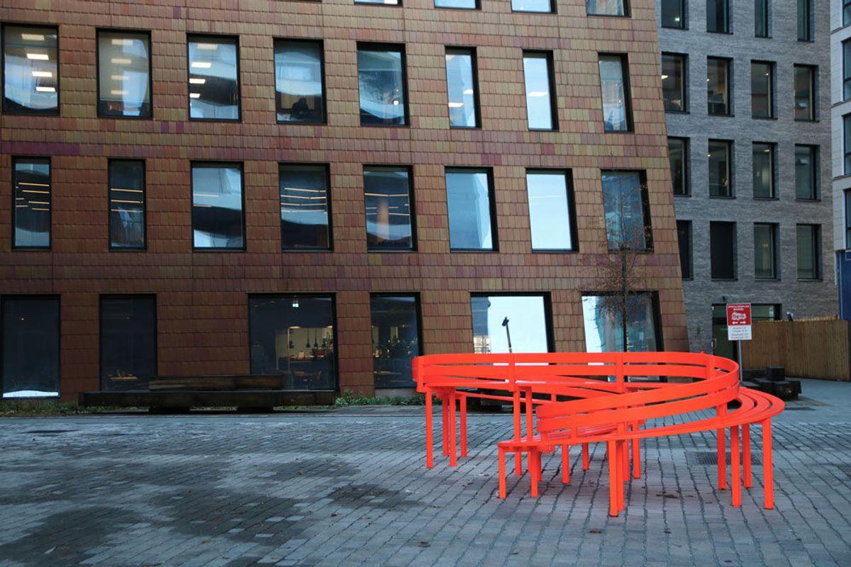 BISPEVIKA. Jeppe Heins kunstbenker har skapt internasjonal oppmerksomhet i både New York og Paris. Oslo S Utvikling (OSU) har kjøpt inn fire av kunstnerens benker til Bjørvika. Foto: Malin S. Strandberg.
