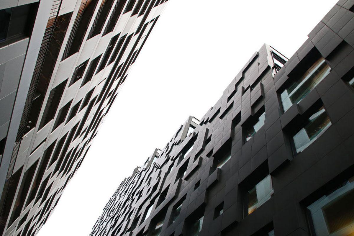 BARCODE. Fasaden på DNB vest-bygget karakteriseres av store, tykke, firkantede stener i matt, svart granitt. Bygget er på cirka 13.000 kvadratmeter over bakken, og er 63 meter høyt. Foto: Malin S. Strandberg.