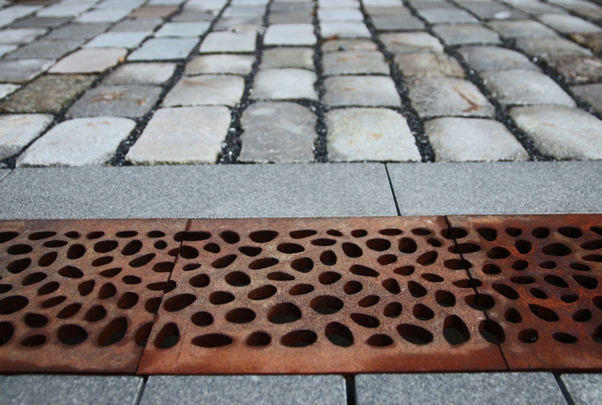 BISPEVIKA: Vannet finner veien under dekorative løsninger. Oslo Kommunes Vann- og avløpstetat har bygget et nytt moderne avløpsnett i Oslo som de kaller for Midgardsormen. Foto: Malin S. Strandberg.