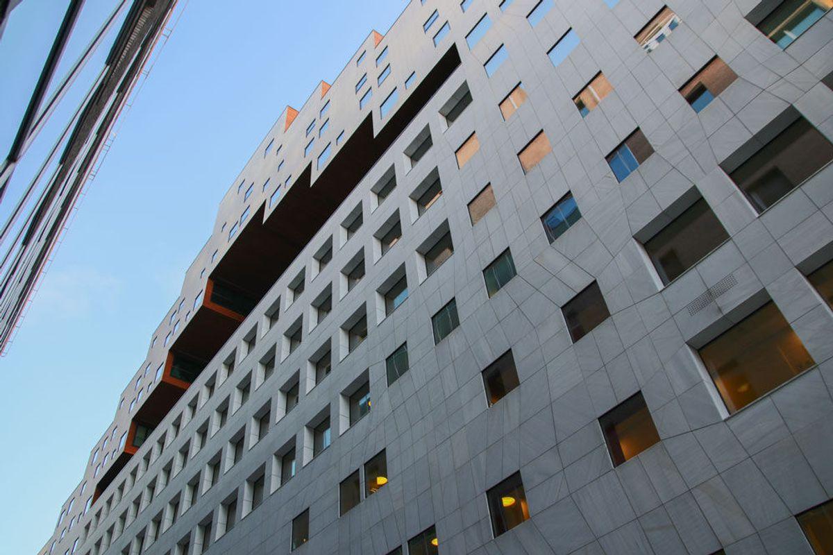 BARCODE. DNB-østbygget også kalt The Carve er kledd i spansk marmor, mens utskjæringene avdekker mørkt treverk. I byggets underetasjer er det kontorlokaler, mens det er boliger i etasjene oppover. Foto: Malin S. Strandberg.