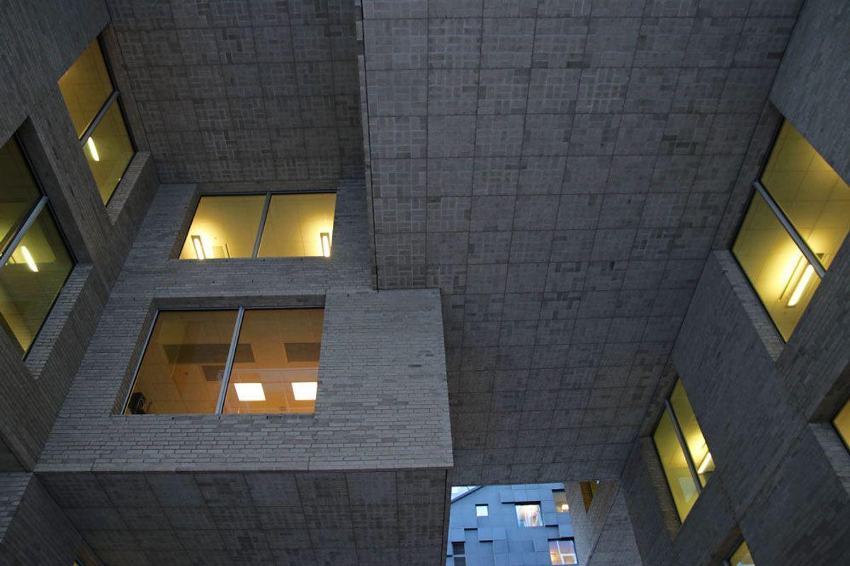 BARCODE: DNB midt-bygget er hovedkontoret til DNB. Bygget er cirka 37.000 kvadratmeter, og er 52,5 meter høyt. Foto: Malin S. Strandberg.