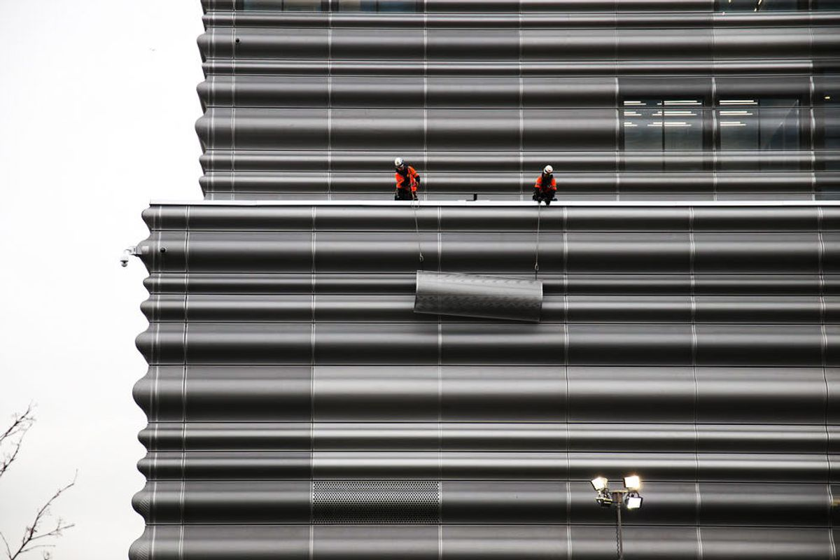 BISPEVIKA: En av de perforerte aluminiumspanelene blir løftet opp under byggingen av det nye Munchmuseet. Fasaden på museet har vært omstridt. Foto: Malin S. Strandberg.