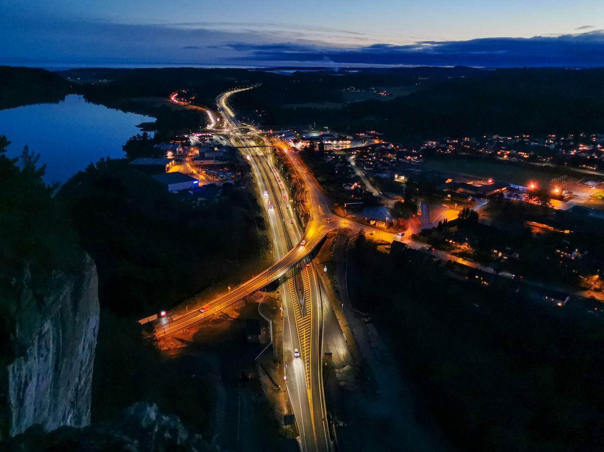 <p>Rugtvedtkrysset sett fra Høgenheifjellet retning sørover. Foto: Nye Veier/Yvonne Rognan.</p>