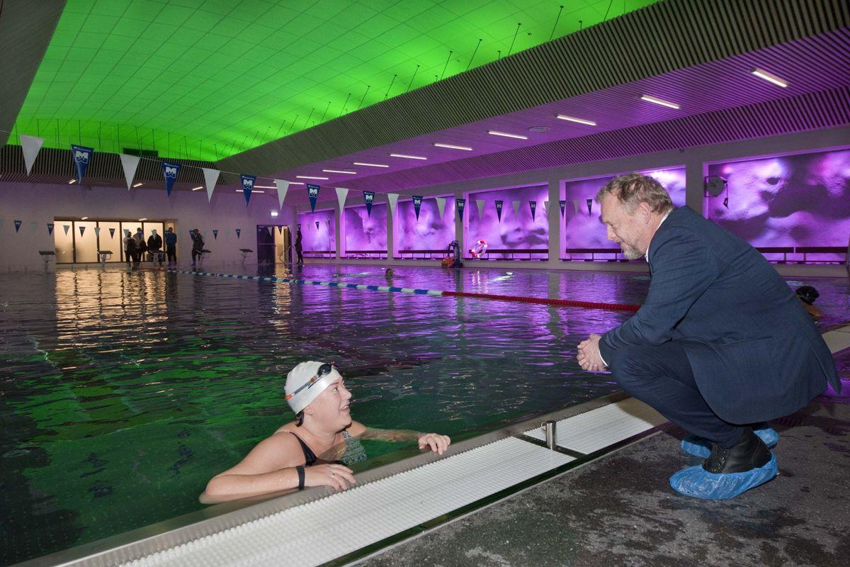 Holmlia bad er et godt besøkt lokalbad og det eneste svømmeanlegget i Oslo sør. Badet betyr mye for de som bor i området. Svømmer Karoline Berthelsen og byrådsleder Raymond Johansen. Foto: Ken Opprann