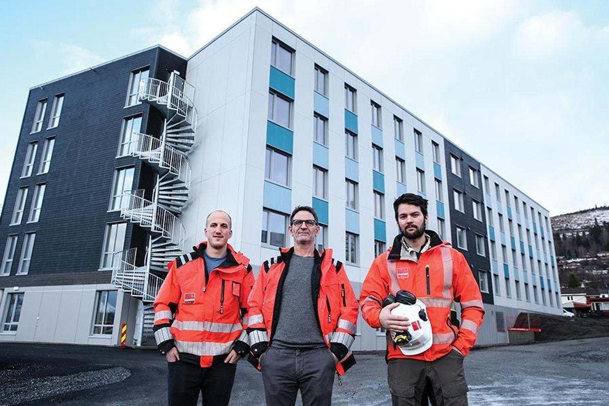 Disse tre fra Veidekke avdeling Volda har jobbet med Heltne studentboliger. Fra venstre Bjarne Solbakken (driftsleder), Geir-Magnus Lied (anleggsleder) og Tore Buset (trainee).