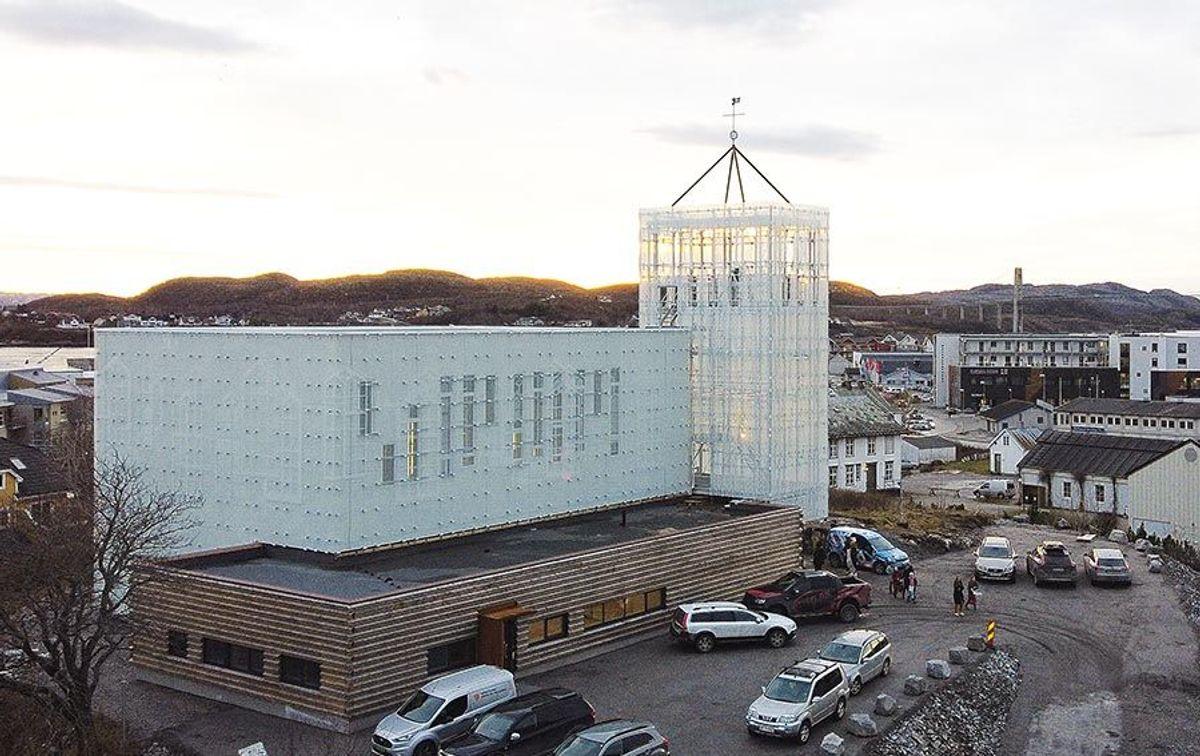 Pir II har utformet en kirke som virkelig vises i landskapet der den ligger høyt plassert og godt synlig på toppen av «Kirkehaugen». Foto: Torger Ramfjord