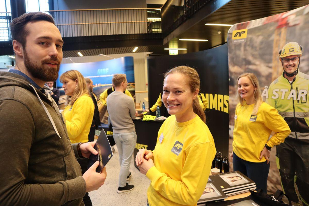 Fagskolestudent Tom Erik Væhle slo av en prat med HR-sjef Annette B. Strøno og rådgiver Line Lunderby i AF Gruppen. Foto: Svanhild Blakstad