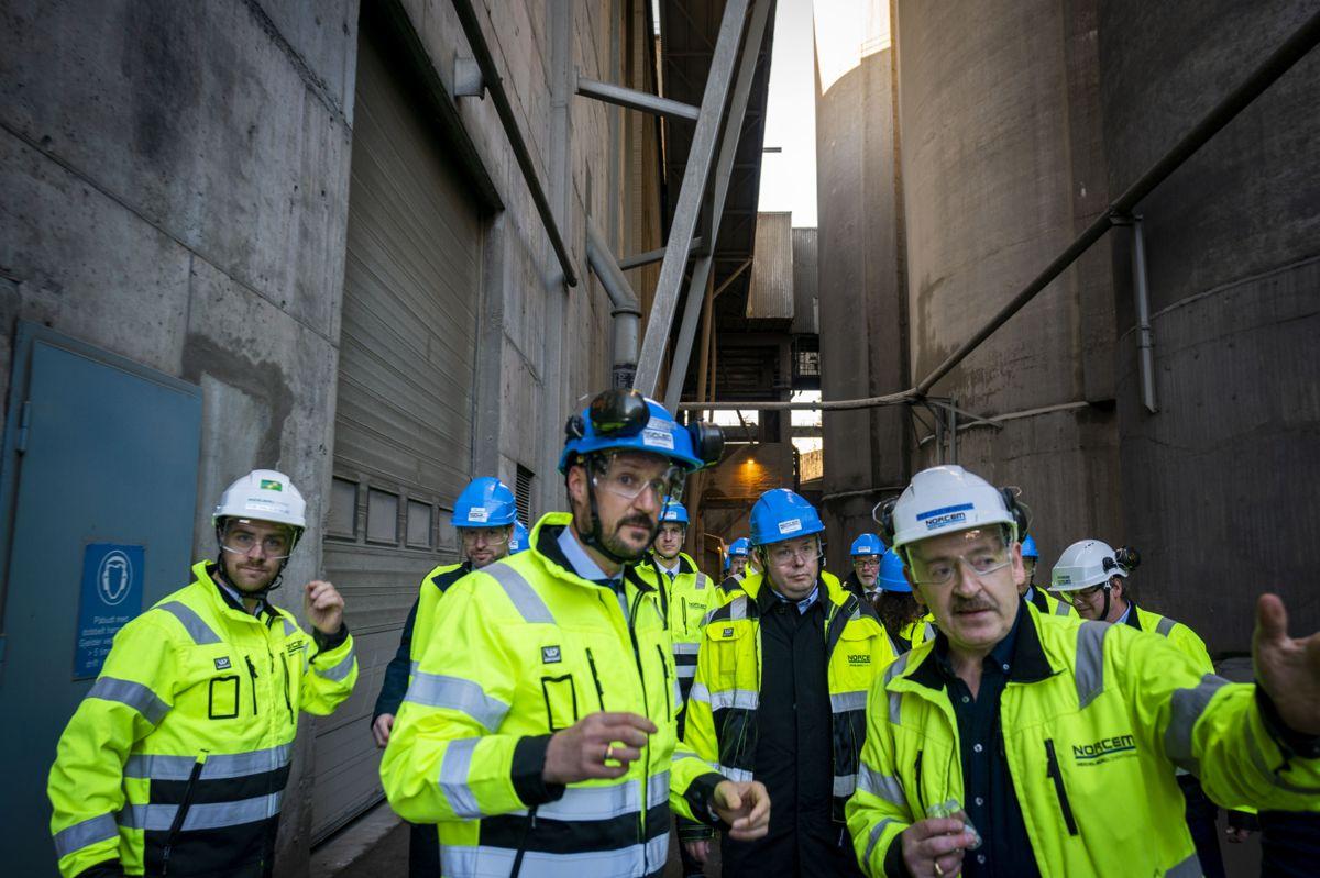 Kronprins Haakon får en omvisning av fabriksjef Per Ole Morken l sementprodusenten Norcem i Brevik. Norcem er Norges eneste produsent av sement. Pool. Foto: Heiko Junge / NTB scanpix