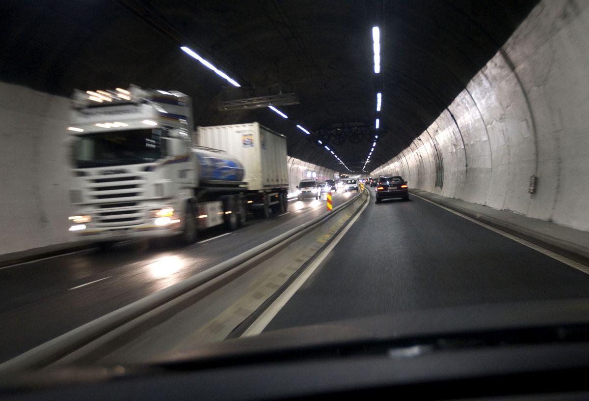 Det var ventet utfordrende tilstander i rushtrafikken på E18 inn til Oslo da Festningstunnelen delvis ble stengt i forbindelse i 2009 med koblingen av senketunnelen i sjøen i Bjørvika. Foto: Bjørn Sigurdsøn / Scanpix