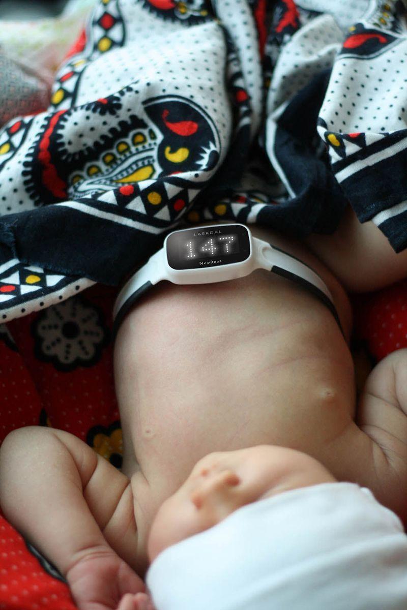 NeoBeat er et nytt apparat som gjør det enklere å måle hjerterytmen til nyfødte. Laerdal Global Health og Laerdal Medical fikk DOGA Hedersmerket i 2020 for dette produktet som kan redde liv verden over. Foto: Laerdal Global Health