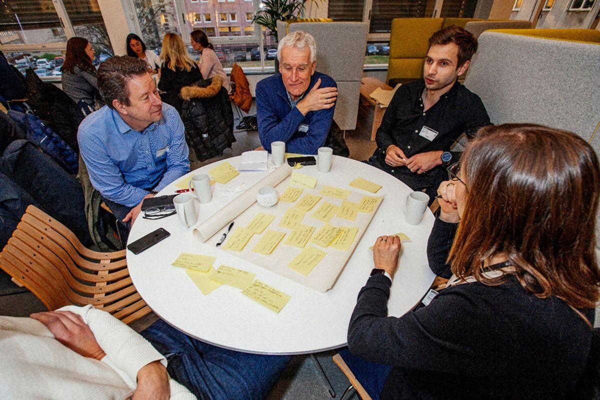 """Deltakerne ble invitert til """"eksplosiv refleksjon"""" om fremtiden, og det utviklet seg raskt samtaler rundt bordene. Foto: Remy Eik-Nicolaisen"""