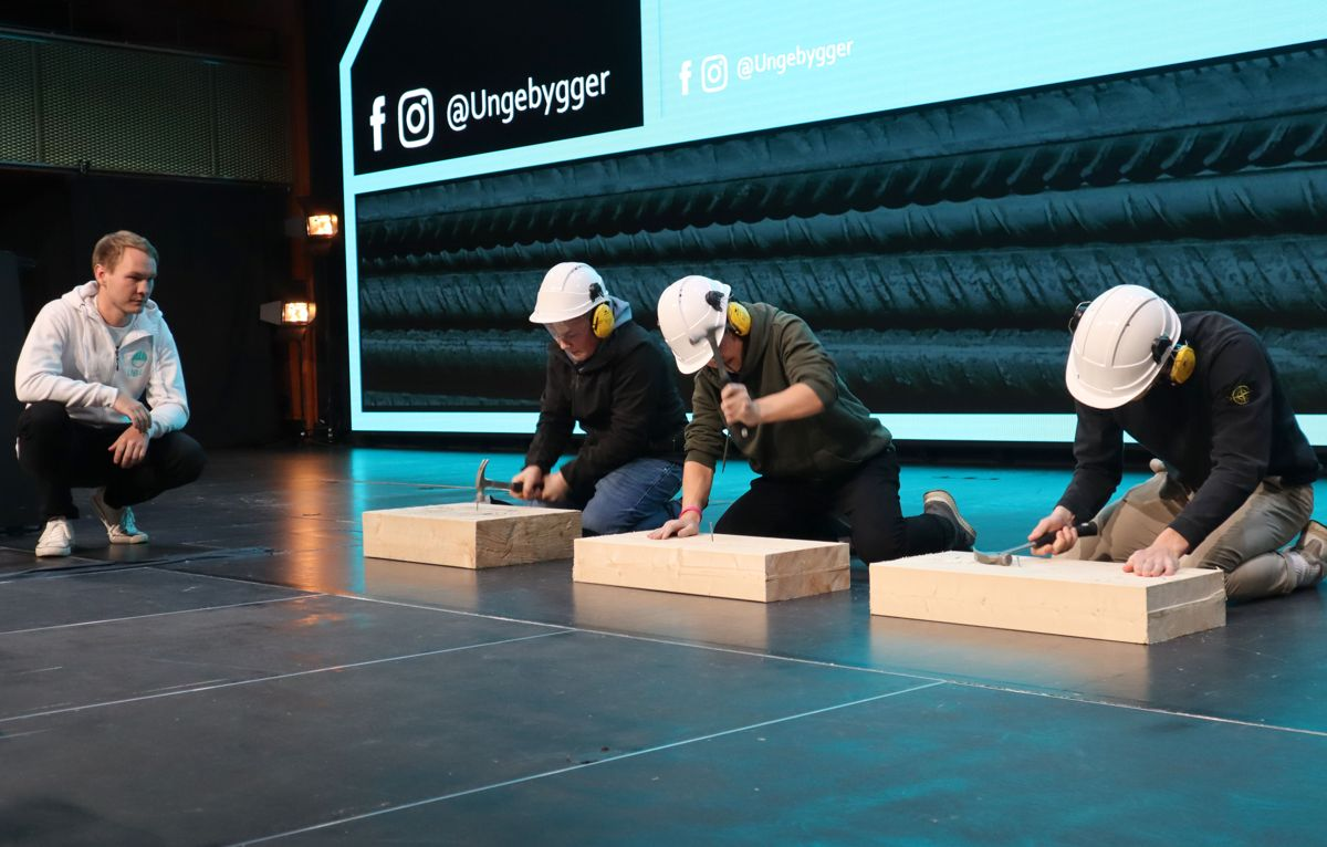 Driftsleder Magnus André Hægeland i Kruse Smith passer på at finalen i spikerkonkurransen går riktig for seg. Foto: Svanhild Blakstad