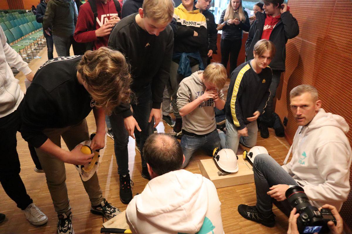 Tillitsvalgt og verneombud Vidar Andersen i Skanska sørger for at elevene får på seg verneutstyr under spikerkonkurransen. Foto: Svanhild Blakstad